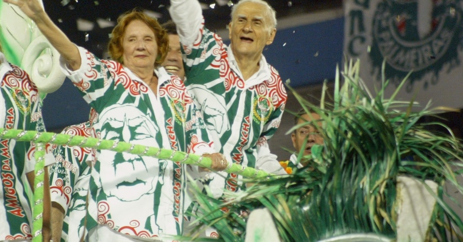 CAMISA VERDE E BRANCO - Ariano Suassuna, escritor, e sua esposa. Desfile da escola Camisa Verde e Branco no carnaval de Sao Paulo