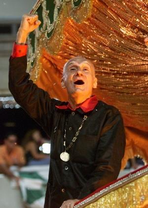 O escritor Ariano Suassuna, que morreu nesta quarta-feira, aos 87 anos, desfila em carro alegórico da escola de samba carioca Império Serrano, em 2002 - Caio Guatelli/Foha Imagem