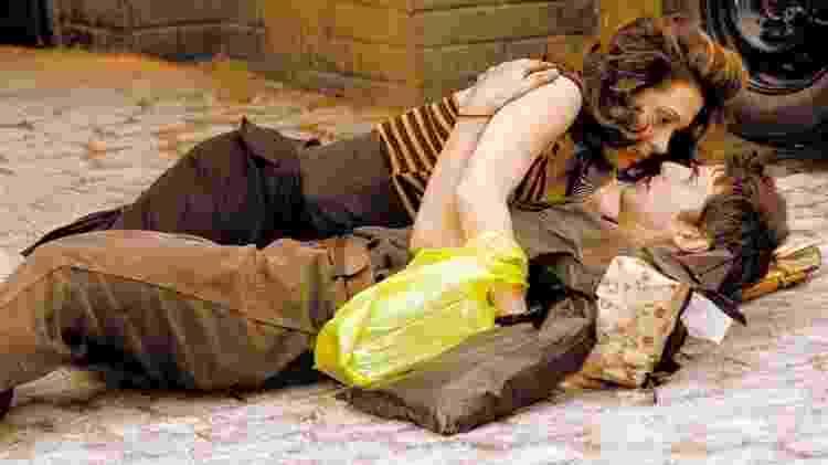 """Cláudia Raia (Safira) cai acidentalmente sobre Reynaldo Gianecchini (Pascoal) em cena de """"Belíssima"""", novela da Rede Globo  - Divulgação - Divulgação"""