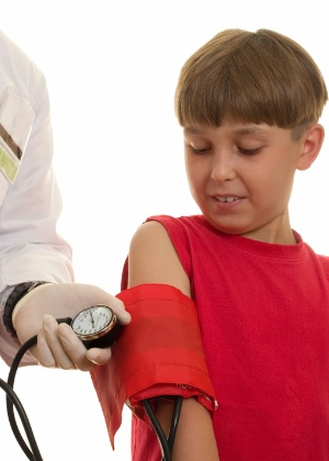 O ideal é monitorar a pressão das crianças e dos jovens, pelo menos, duas vezes por ano - Thinkstock