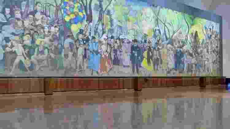 """Dentro do Museu Mural Diego Rivera, na Cidade do México, é possível admirar uma das mais famosas pinturas de Rivera, intitulada """"Sonho De Uma Tarda Dominical na Alameda"""", que, junta, em uma tela de 15 metros de comprimento, importantes personagens da história mexicana, como Hernan Cortés, Frida Kahlo e o general Victoriano Huerta - Marcel Vincenti/UOL - Marcel Vincenti/UOL"""