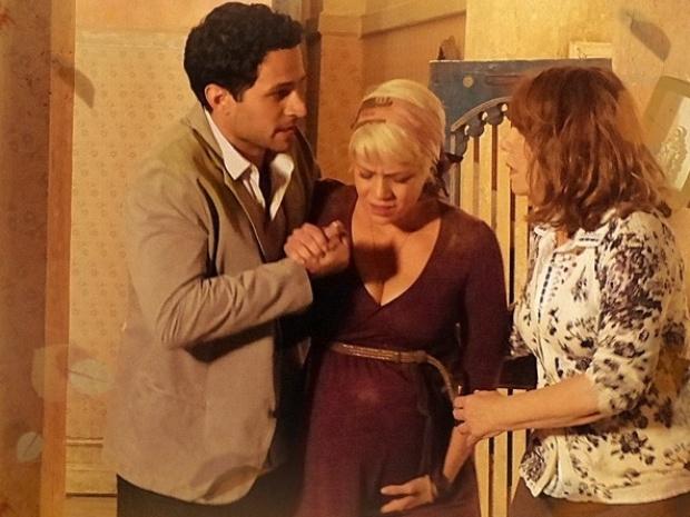 """Em """"Saramandaia"""", Zélia passa mal após explosão e se preocupa com bebê"""