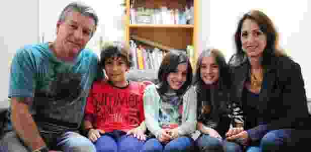 Os pais Luiz Speda e Paula Araiy compartilham a guarda dos filhos trigêmeos João Pedro, Maria Eduarda (blusa listrada) e Ana Luiza - Junior Lago/UOL