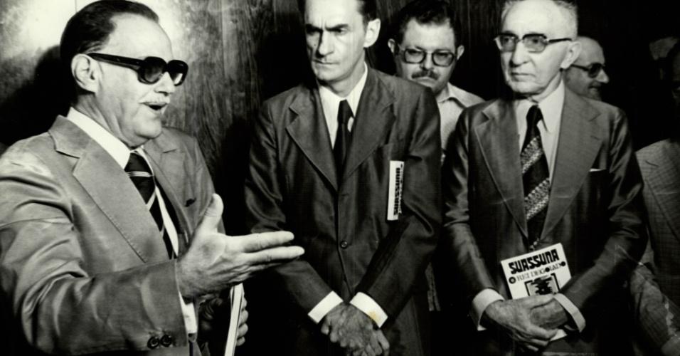 Literatura: o escritor, poeta e dramaturgo Ariano Suassuna (ao centro) durante o lançamento do último trabalho na redação do Diário de Pernambuco.