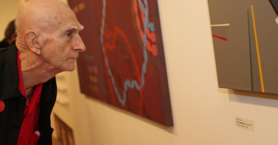 O dramaturgo, romancista e poeta Ariano Suassuna obversa obra em exposição em sua homenagem, organizado pela pró-Reitoria de Cultura e Extensão da USP, no Centro Maria Antônia, em São Paulo (SP)