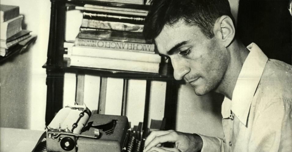 o escritor, poeta e dramaturgo Ariano Suassuna usa máquina de escrever.