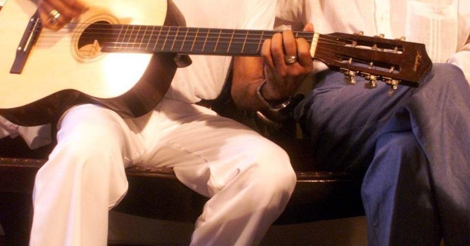 O ministro da Cultura, Gilberto Gil, toca violão ao lado do dramaturgo e escritor paraibano Ariano Suassuna, durante visita à sua casa no bairro do Poço da Panela, em Recife (PE). (Foto de Beto Figueira/JC Imagem)