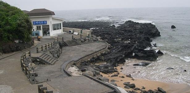 Praia na ilha de Jeju, na Coreia do Sul
