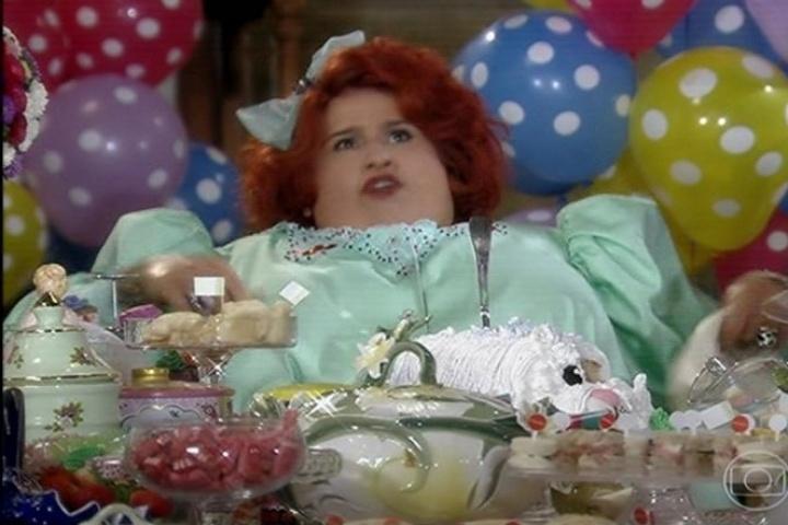 Dona Redonda reclama, frustrada que nenhum convidado veio à festa das Bodas de Pratas de seu casamento com Encolheu