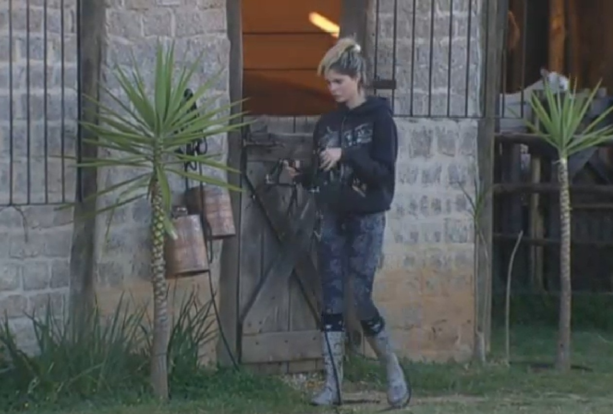 07.set.2013 - Bárbara Evans se preparando para cuidar dos cavalos