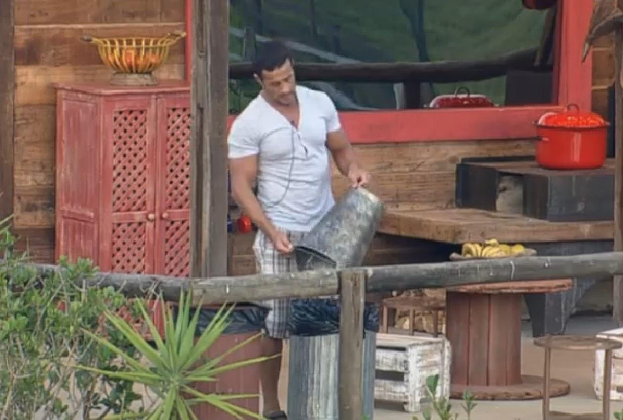 07.set.2013 - No celeiro, Marcos Oliver acorda cedo para pegar água