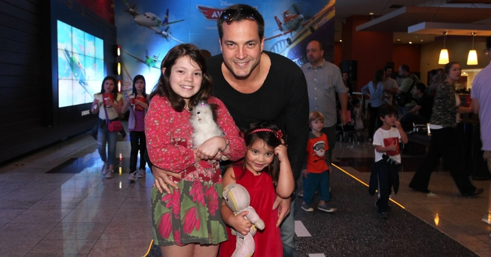7.set.2013 - Daniel Boaventura leva as filhas para a pré-estreia de