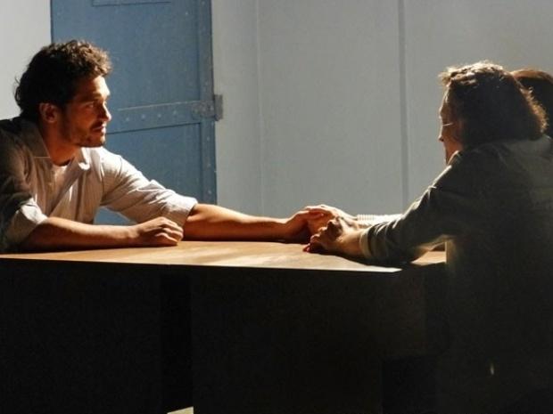 """7.set.2013 - Na reta final de """"Flor do Caribe"""", Hélio se arrepende e pede perdão aos pais"""