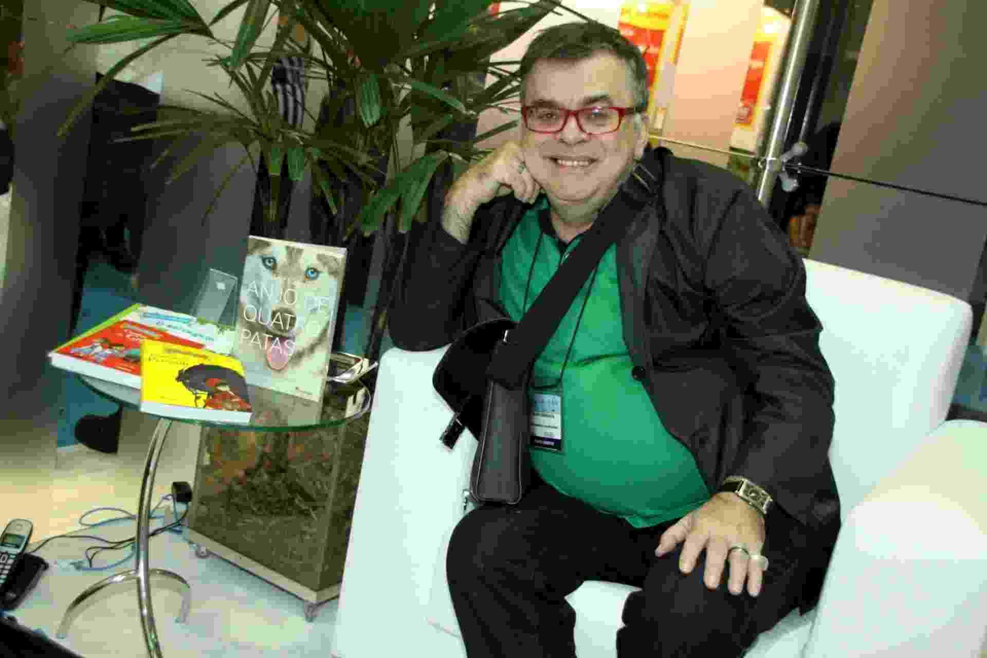 """7.set.2013 - O autor de 'Amor à Vida"""" e escritor Walcyr Carrasco divulga seus livros infantis na Bienal do Livro do Rio de Janeiro - Graça Paes/Foto Rio News"""