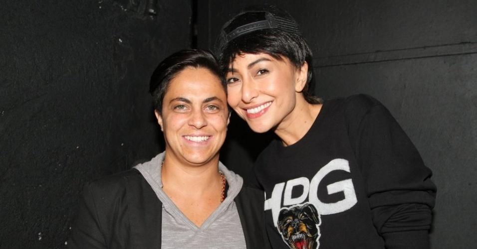 7.set.2013 - Sabrina Sato posa com Thammy Gretchen no aniversário de 31 anos da atriz em boate GLS de São Paulo para gravação do programa
