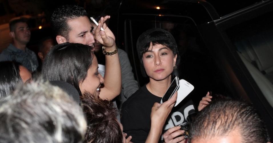 """7.set.2013 - Vestida de forma masculinizada, Sabrina Sato chega em boate GLS de São Paulo para gravação do programa """"Pânico"""""""
