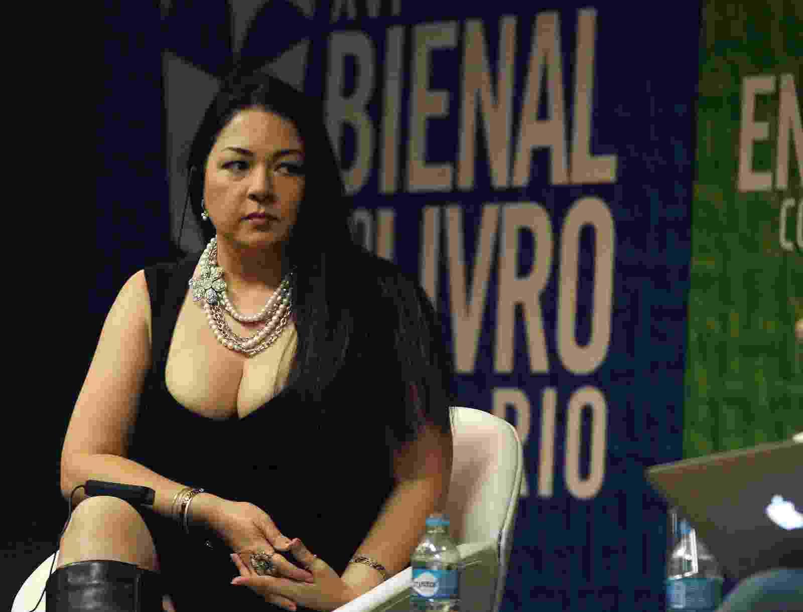 A autora de livros eróticos Sylvia Day chama a atenção da plateia com seu decote, durante papo na Bienal do Livro do Rio - Divulgação/bienaldolivro