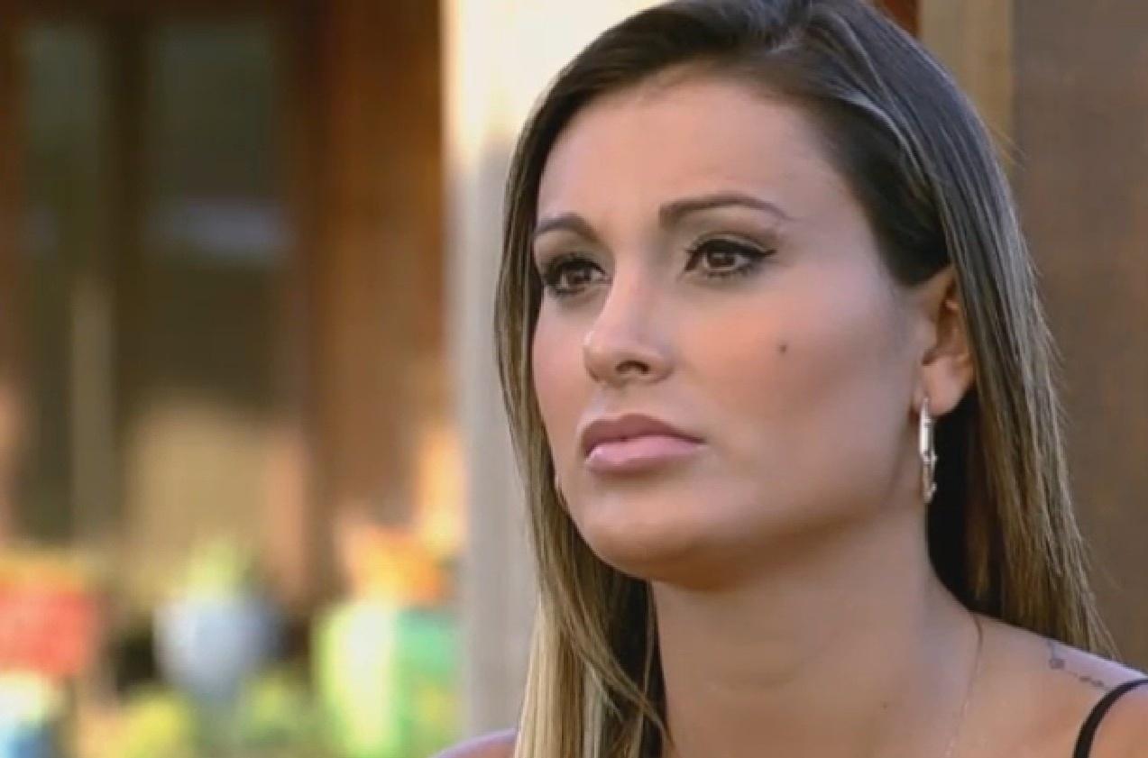 08.set.2013 - Andressa Urach se concentra para responder perguntas