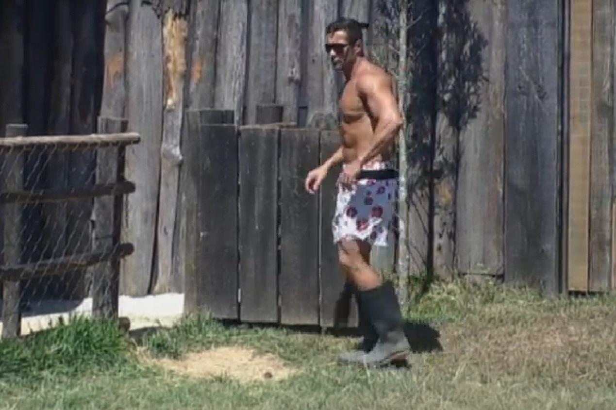 08.set.2013 - Marcos Oliver cuidando das cabras