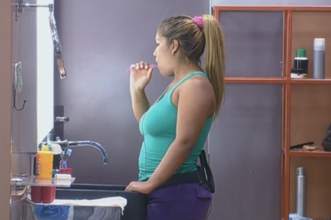 08.set.2013 - Mulher Filé escovando os dentes