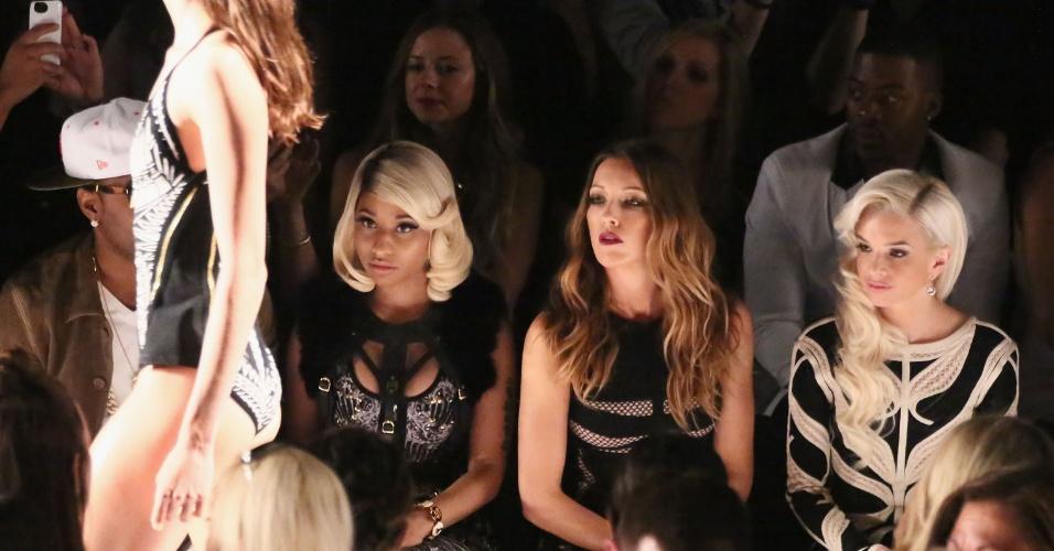7.set.2013 - A rapper Nicki Minaj acompanha atenta o desfilme de Hervé Léger by Max Azria