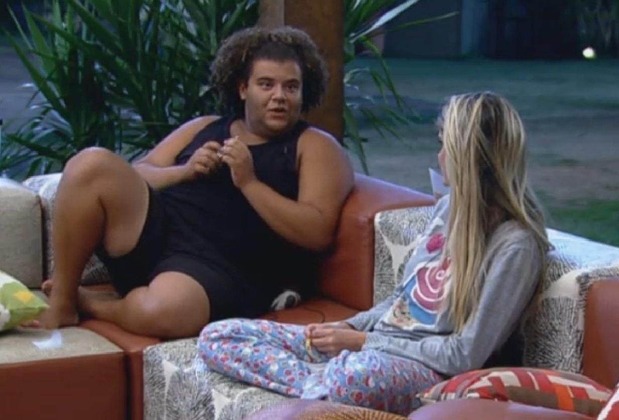 8.set.2013 - Gominho e Bárbara conversam sobre os defeitos de Andressa
