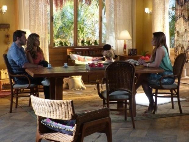 """Em """"Flor do Caribe"""", Aurora e Cassiano colocam plano para impedir fuga de Dionísio em ação"""