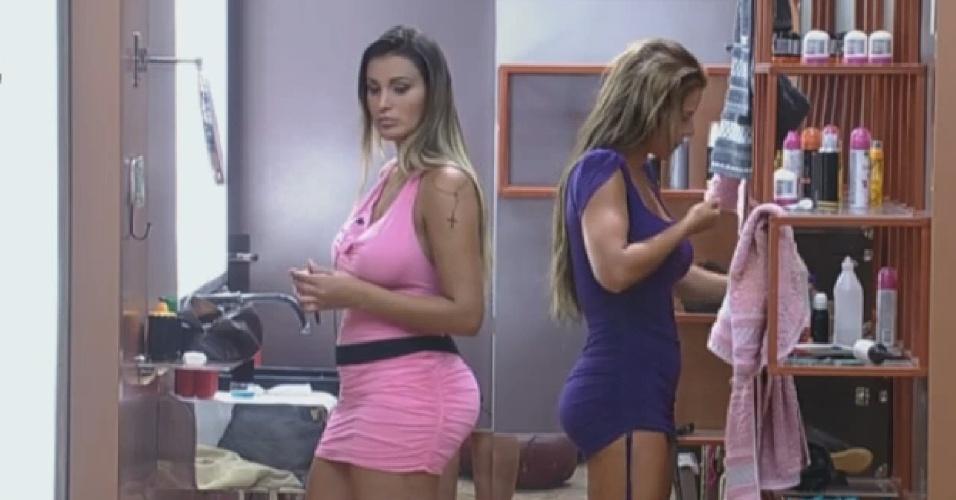 09.set.2013 - Andressa Urach e Denise Rocha se embelezam juntas no banheiro