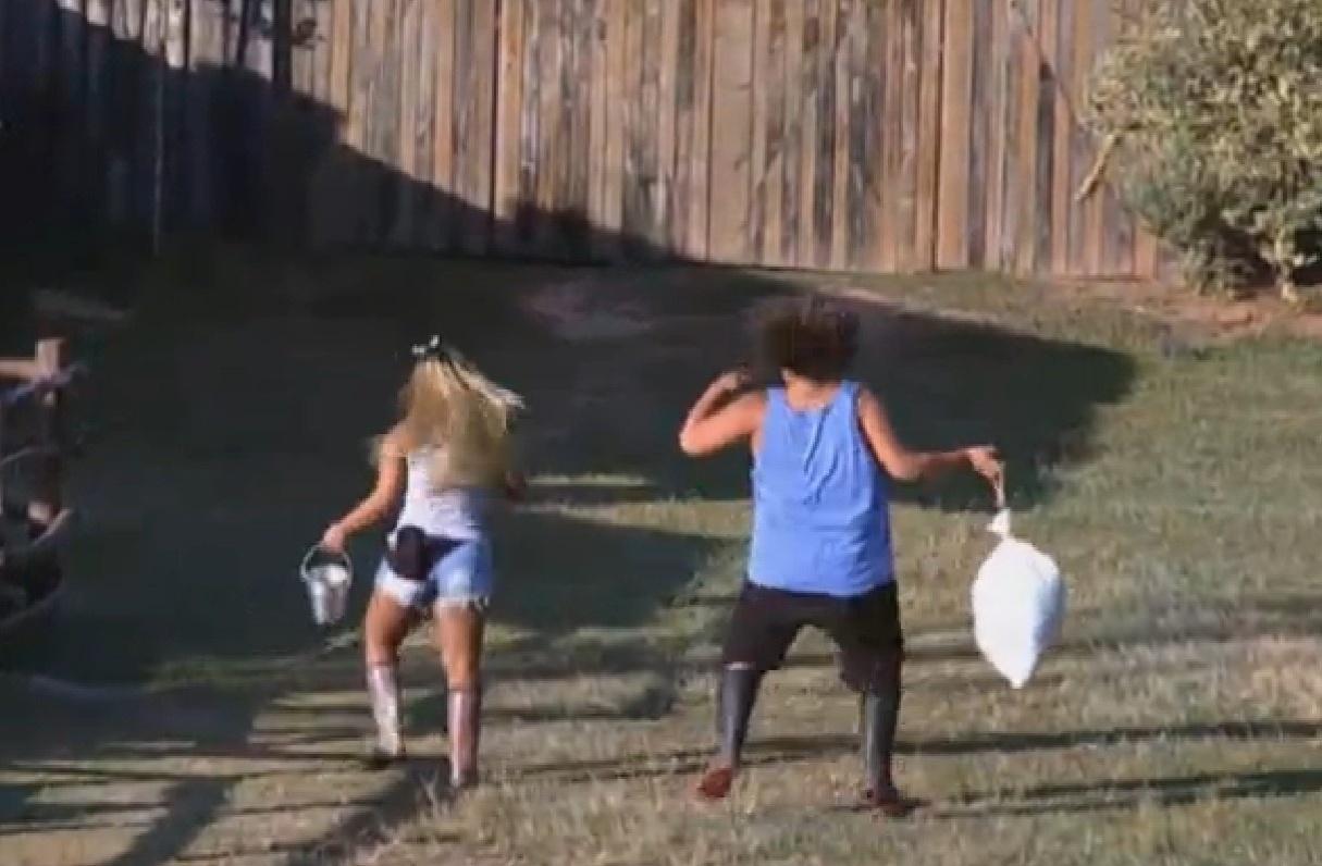 09.set.2013 - Mulher Filé e Gominho se divertem durante suas atividades matinais