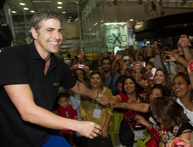 9.set.2013 - Ator Reynaldo Gianecchini é assediado por fãs em feira de beleza, em São Paulo