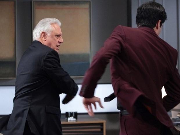 """Em """"Amor À Vida"""", César dá tapa na cara de Félix ao confirmar que ele roubou o hospital"""