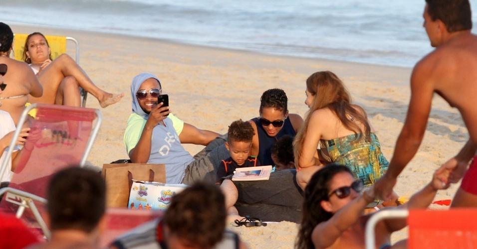 10.set.2013 - A cantora Alicia Keys segura o filho Egypt Daoud Dean no colo na praia de Ipanema, no Rio de Janeiro