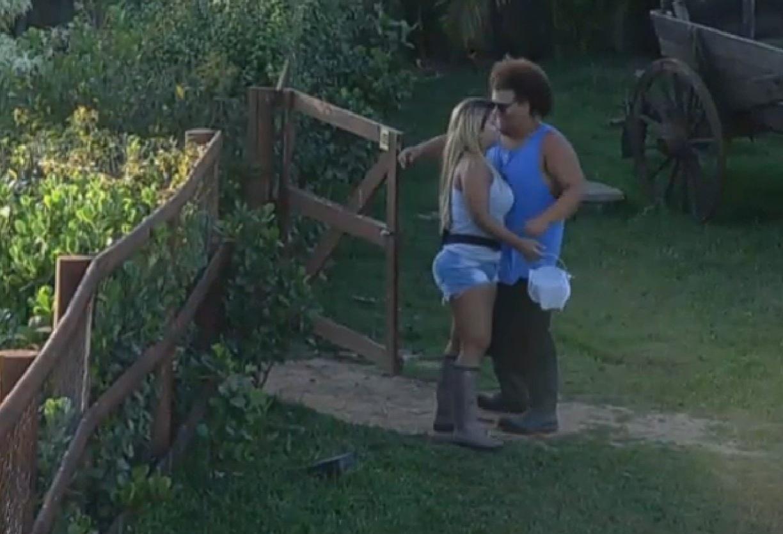 10.set.2013 - Amigos no reality show rural, Gominho e Filé se abraçaram de manhã cedo