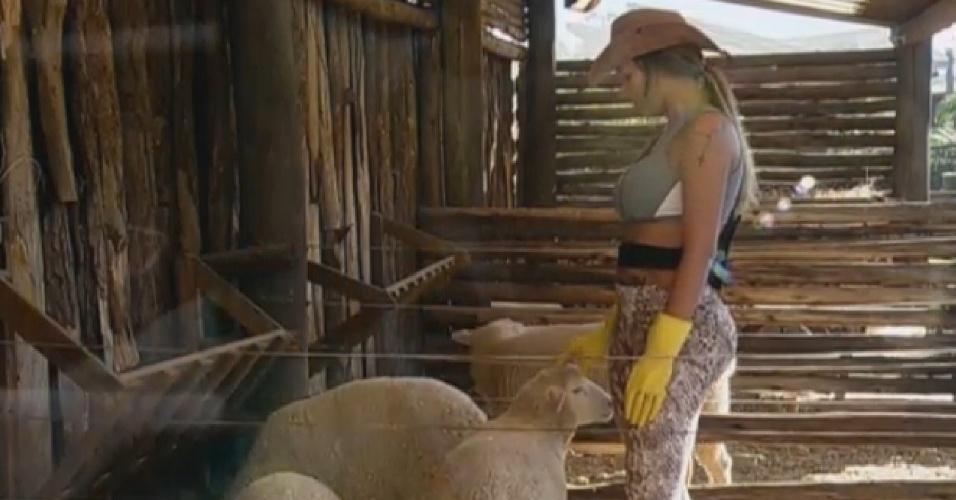 10.set.2013 - Andressa Urach cuida das ovelhas