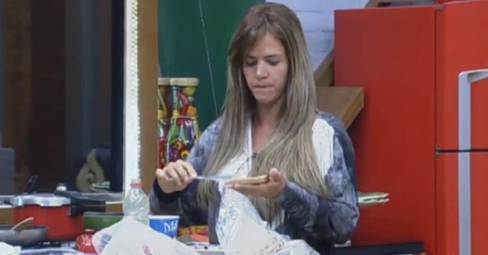 10.set.2013 - Denise Rocha tomou café da manhã antes de cuidar dos animais
