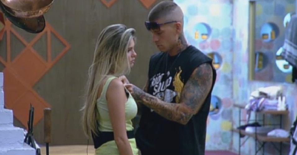 10.set.2013 - Mateus Verdelho faz curativo em Bárbara Evans