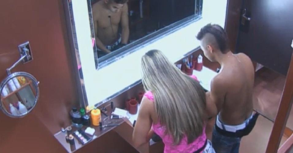10.set.2013 - Na berlinda, Denise e Yudi dividem banheiro ao se arrumarem para à roça