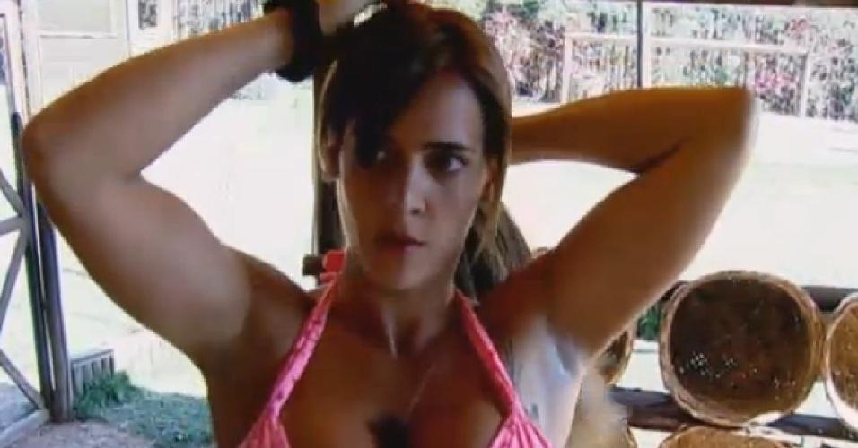 10.set.2013 - Na berlinda, Denise Rocha se arruma em frente ao espelho