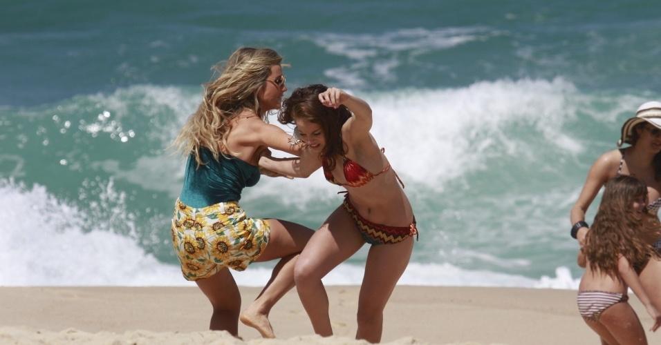 """30.ago.2013 -  Como a ambiciosa Leila, Juliana Didone grava cena de briga na praia da Macumba, no Rio de Janeiro. """"Pecado Mortal"""" deve estrear no dia 25 de setembro"""