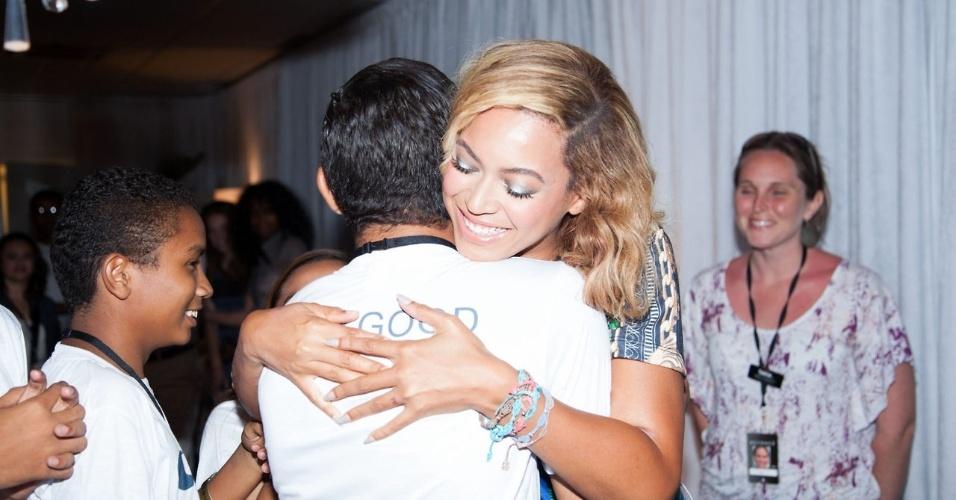 8.set.2013 - Antes de se apresentar em Fortaleza (CE), Beyoncé abraça jovem da ONG Cufa (Central Única das Favelas)