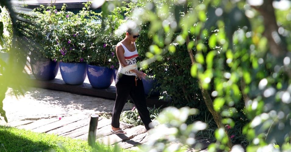 9.set.2013 - A cantora Alicia Keys caminha perto da piscina do Hotel Santa Teresa, no Rio de Janeiro