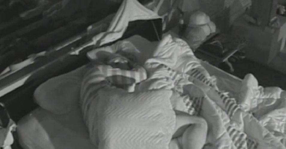 9.set.2013 - Mateus e Bárbara completam dois meses de namoro e dormem juntinhos