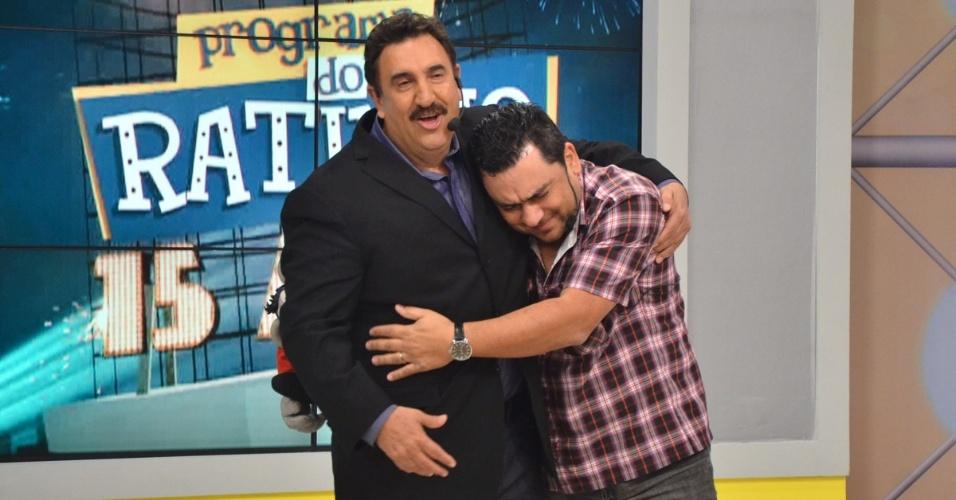 9.set.2013 - Ratinho abraça o ator que faz o boneco Xaropinho no