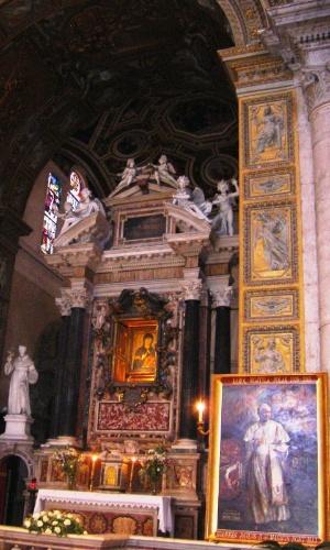Altar da igreja Santa Maria del Popolo, encomendada pelo papa Sisto 4 della Rovere em 1472 e decorada com afrescos por grandes nomes da pintura italiana como Caravaggio