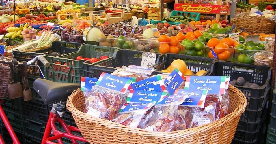 Campo de Fiori é uma das praças mais pitorescas da capital e seu colorido mercado oferece mercadorias para todos os gostos e bolsos