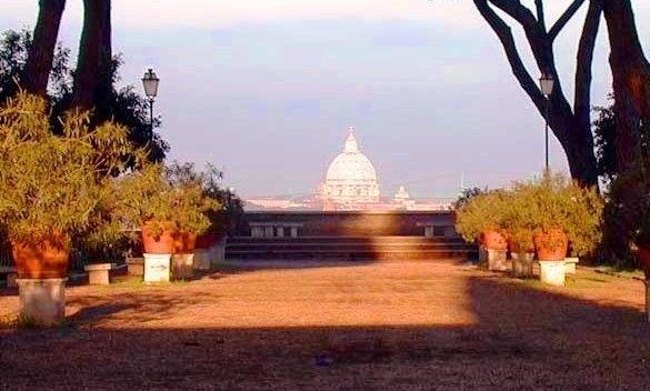 Da abertura do portão da Ordem de Malta observe uma paisagem surreal que não sairá de sua mente tão cedo: a cúpula Vaticana emoldurada por um longo corredor de árvores