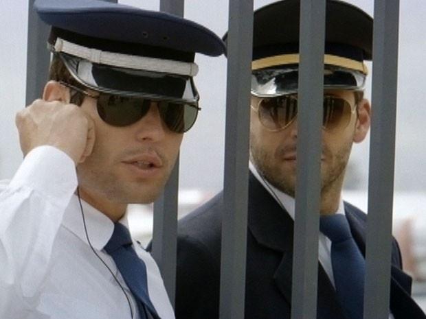 """Em """"Flor do Caribe"""", Cassiano e tenentes se infiltram em avião de Dionísio"""