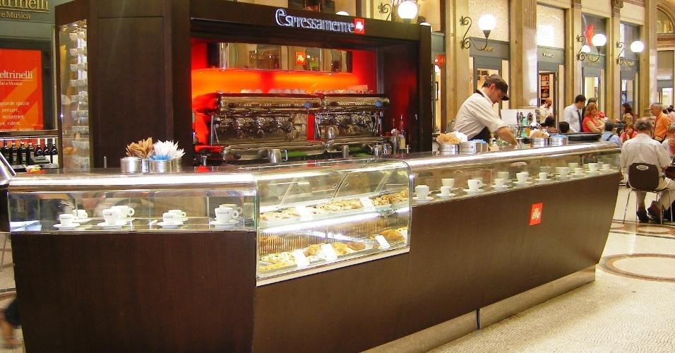 Em qualquer cafeteria italiana, lembre-se que os preços mudam se o se o cliente for servido em uma mesa. Para economizar, prefira o balcão