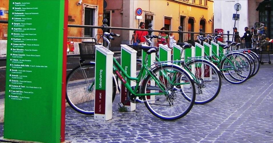 Para poluir menos e economizar, conheça a cidade utilizando o serviço ATAC bike sharing, pago por cada meia hora de uso das bicicletas