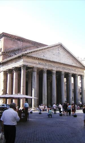 Visite a construção antiga mais bem preservada de Roma, o Pantheon, que ainda hoje abriga um monumento a Rafael e os túmulos de reis italianos